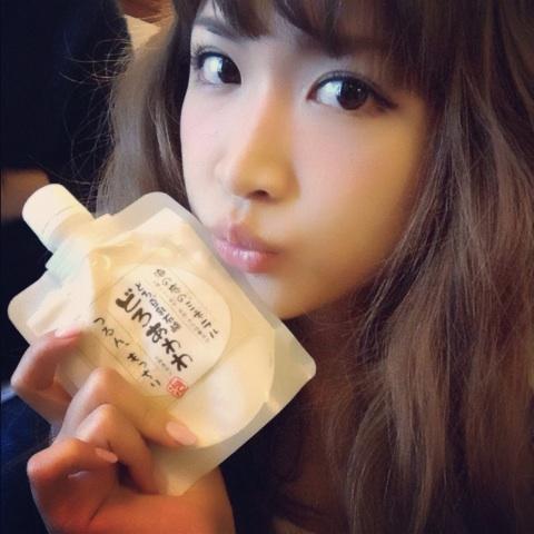 どろ豆乳石鹸「どろあわわ」を持つ紗栄子