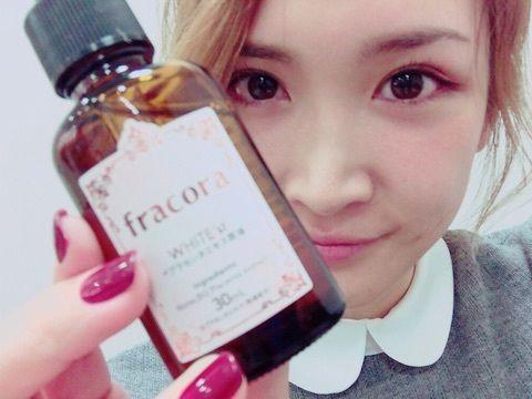プラセンタ美容液を持つ紗栄子
