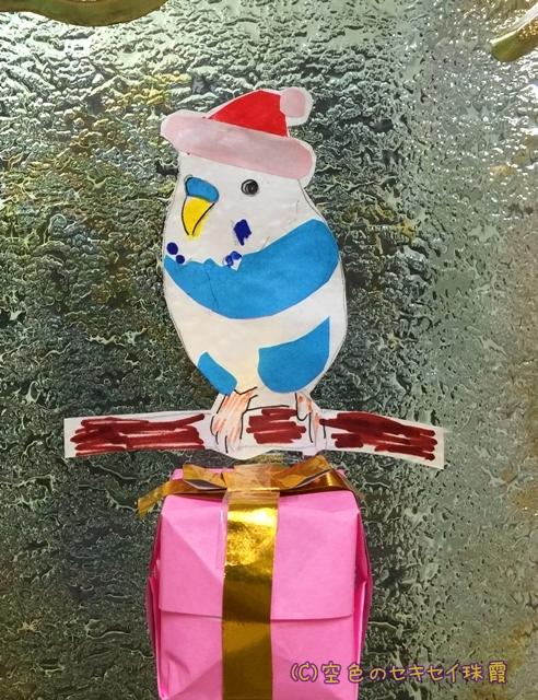病棟のガラス窓 クリスマス仕様 珠霞のアップ 空色のセキセイ珠霞