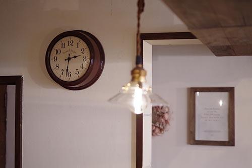 ブラウンの掛け時計