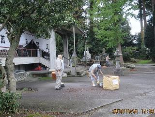 寺の落ち葉掃き