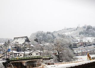 坂の街雪景色