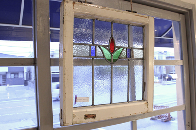 アンティーク ステンドグラス 窓 バラ柄 春日井 建具 ディスプレイ