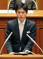 大阪市議会の本会議で答弁する吉村洋文市長=15日午後