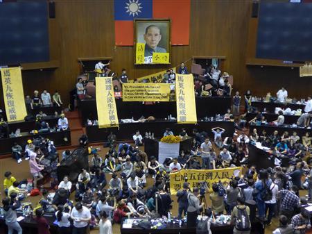 サービス貿易協定の厳正な委員会審議を求め、立法院(国会に相当)議場を徹夜で占拠した台湾の民間団体の学生たち=2014年3月19日、台北市内で