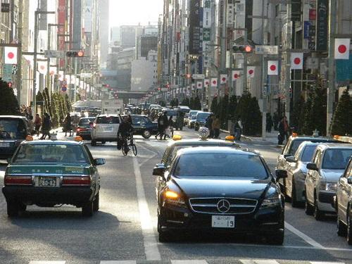 東京では年末年始になると大通りの一部に日の丸が飾られる。特に、銀座や日本橋を通る「中央通り」の日の丸は、なかなか壮観だ。平成27年12月29日
