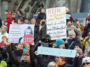 ケルン大聖堂前で性的暴行事件への抗議を行う女性たち