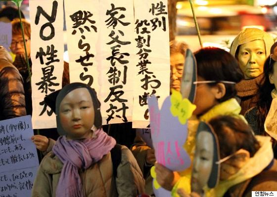 仮面をかぶった少女像移転反対デモ参加者