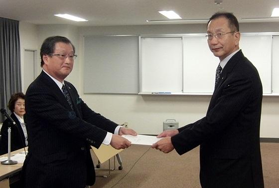 大阪府教委に要望する金明弘副団長(左)