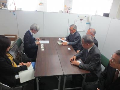 その後、文科省内のユネスコ関係の担当部署を訪れ、下の要望書を提出しました。
