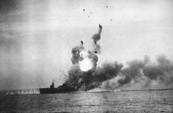 「敷島隊」の攻撃によって炎上する護衛空母「セント・ロー」. 「敷島隊」 -