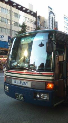 写真は「蘇州芸術文化団」一行の違法駐車バス