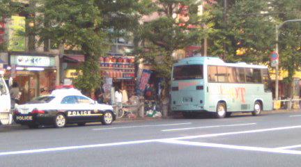 支那人観光バスの違法駐車を目の前に、万世橋署の警察官は車内でくつろぎながら雑談。目の前の違法を取り締まろうとしない。