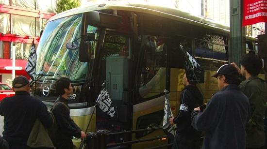 大型家電量販店前で、違法駐車する支那人観光バスを発見。丁寧にバスの添乗員らに違法行為の停止と、退去を勧告する。「関係ナイ」「仕事だ」と開き直る添乗員ら。