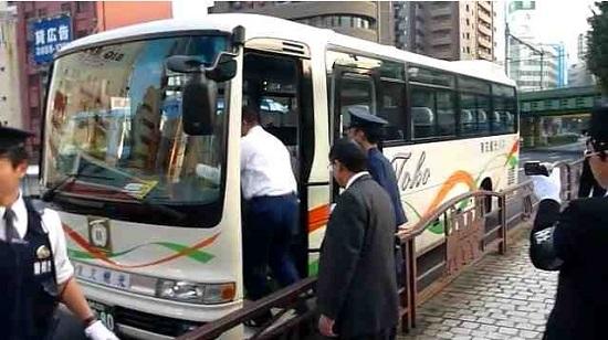 万世橋でまたもや支那人観光客の違法駐車バスを発見。しかも運転手すら乗っていないという悪質なもの。