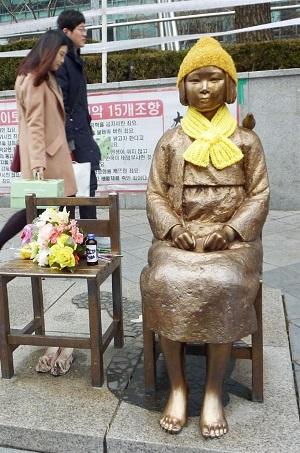 ソウルの日本大使館前に設置された従軍慰安婦の被害を象徴する少女像=26日(共同)