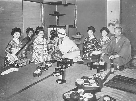 大正時代に太巻きを男性のあそこに見立てて芸者に食べさせる遊びだったそうです。