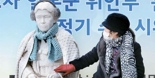 日本大使館前水曜集会 24周年で別の石像も設置