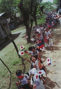 タルラック州バンバン村でも神風特攻隊の慰霊祭が行なわれ、子供達の「日の丸」行進はどこまでも続いた。