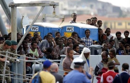 2月25日、ドイツ連邦議会(下院)は、中東などから押し寄せる難民の流入を抑制するための法案を可決した。写真は中東からシチリア島に上陸した難民ら。2015年10月撮影(2016年 ロイター