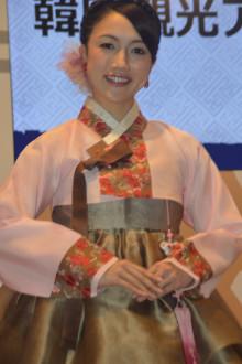 「ツーリズムEXPOジャパン2015」韓国ブースでチマチョゴリを着た宮崎謙介の不倫相手の宮沢磨由