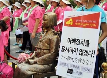 今年8月14日、在韓日本大使館前にある慰安婦像の横で開かれた、慰安婦問題や安倍政権に対する抗議集会=ソウル(早坂洋祐撮影)