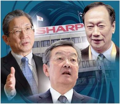 郭台銘会長(右)率いる鴻海精密工業との交渉を本格化させたシャープの高橋興三社長(中央)。左は産業革新機構の志賀俊之会長
