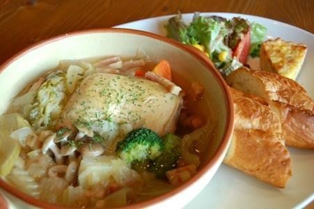 骨付き鶏モモ肉とゴロゴロ野菜のポトフ&キッシュ