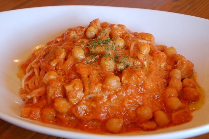 メカジキとひよこ豆のトマトクリームパスタ