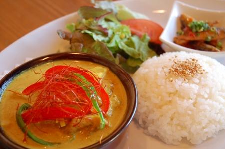 タイ風鶏肉とマンゴーのイエローカレー&豆アジのスウィートチリソース2