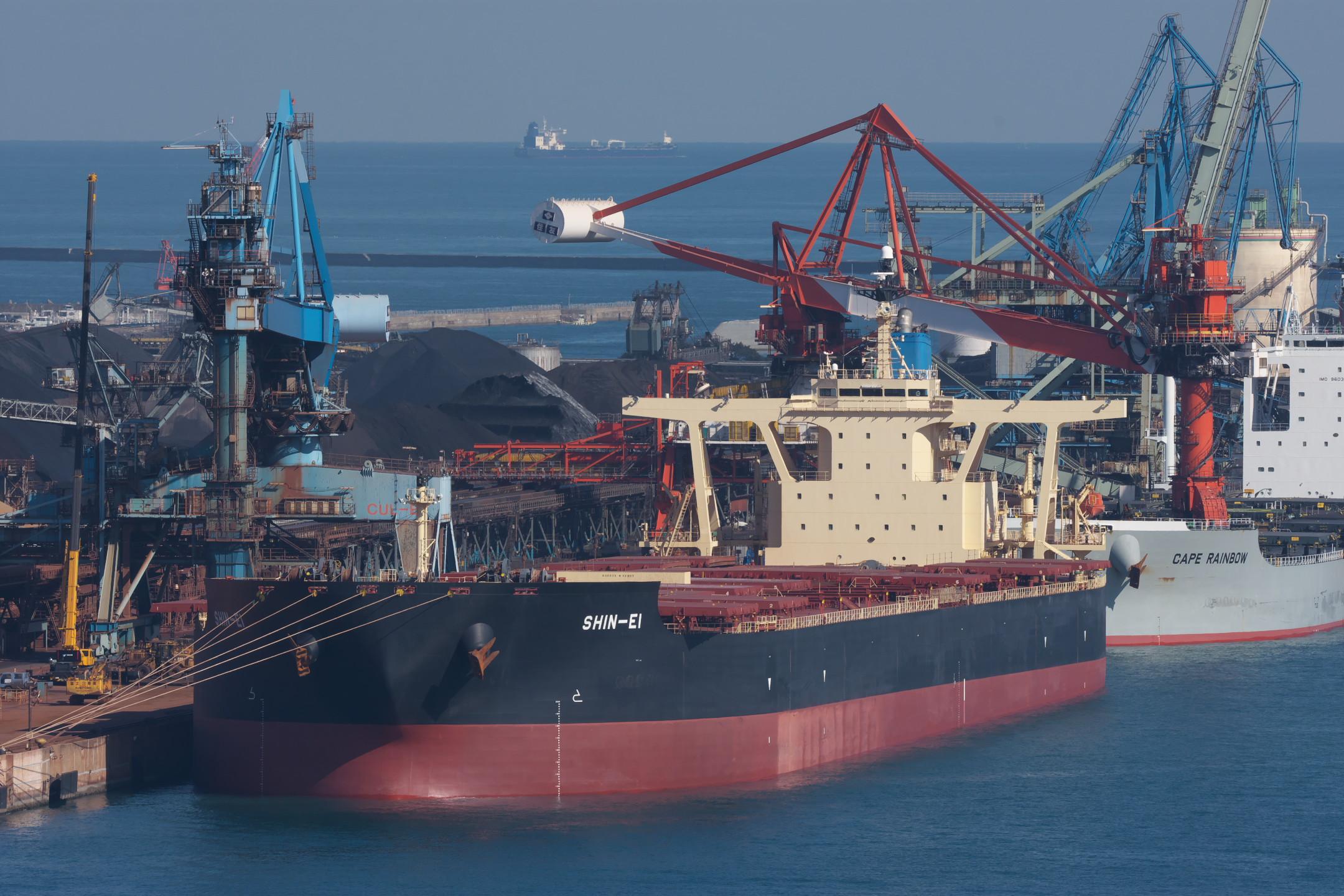 沖合で入港を待つタンカー