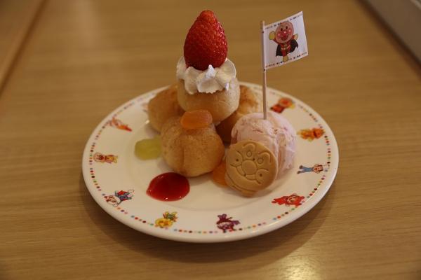 クリスマスプレートのデザート。シュークリーム久しぶり。