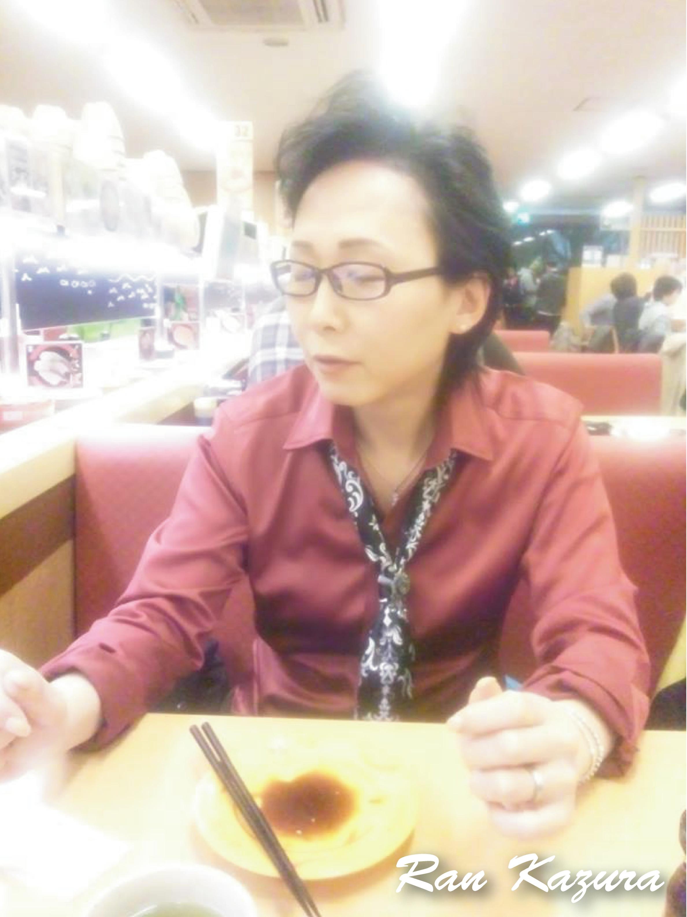 初めてのスシロー! おぉー!なんかアレンジの効いた、いろんなお寿司が流れていく。。。 しかーし!前髪立て過ぎ!私。。。