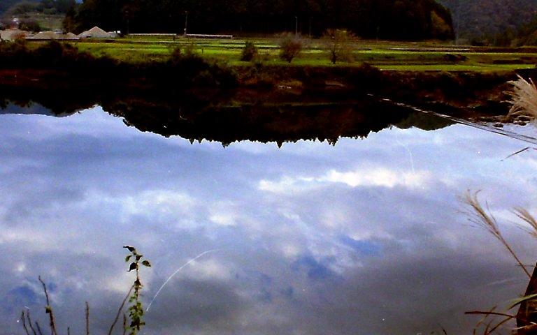 水面に移る雲