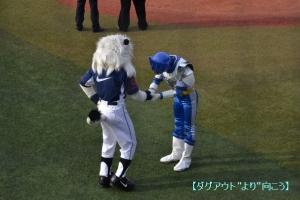 ヒーロー同士の握手。