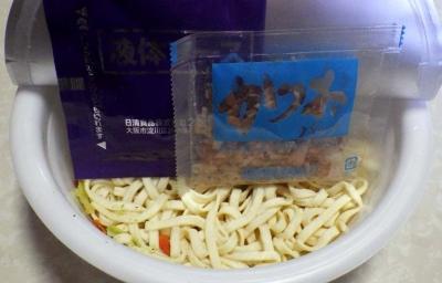 2/8発売 どん兵衛 焼うどん だし醤油香味油仕立て(内容物)
