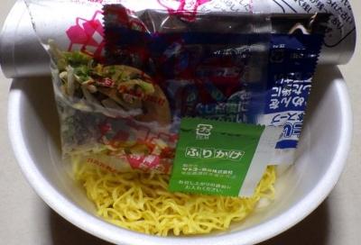 三重 亀山ラーメン 牛骨味噌味(2016年)(内容物)