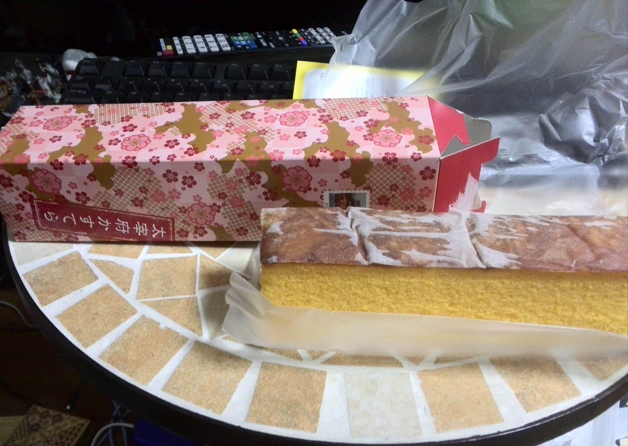太宰府天満宮で購入したカステラ。枇杷(びわ)の味がします