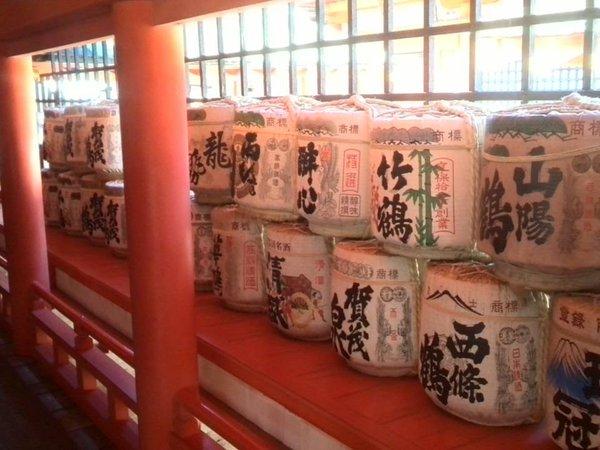 厳島神社の社殿に並ぶ不思議な醤油の俵