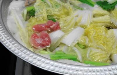 鶏肉は白菜の上で