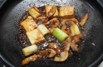 焼き豆腐を入れて味付け