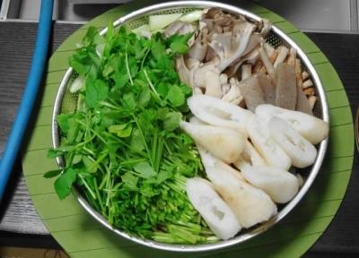 せり、こんにゃく、ゴボウ、舞茸、シメジ、ネギ、白菜