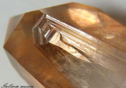 表面に鉄が付着した水晶。5