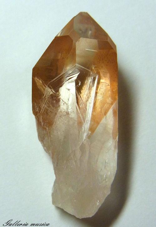 表面に鉄が付着した水晶。4