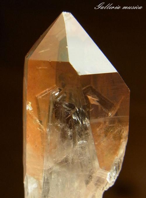 表面に鉄が付着した水晶。3