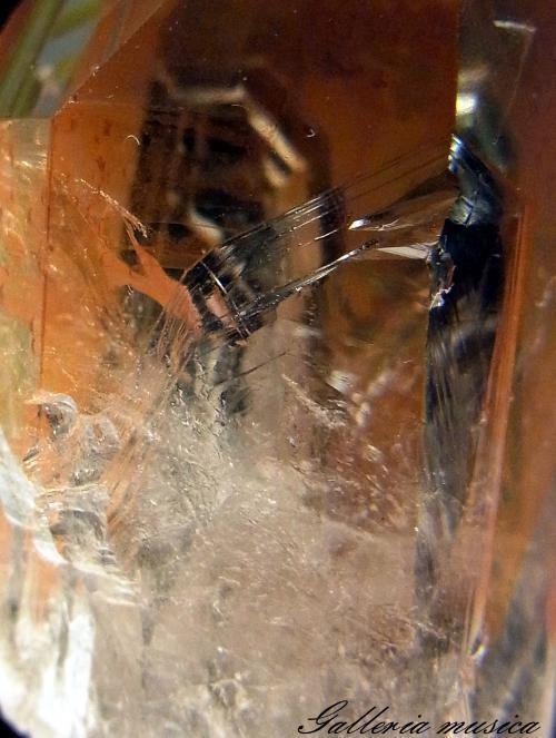 表面に鉄が付着した水晶。1