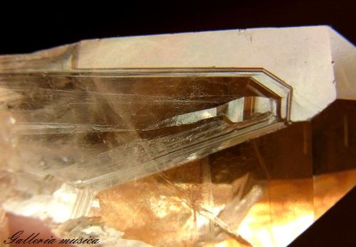 表面に鉄が付着した水晶。