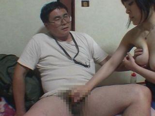 キモオタM男の顔におっぱいをグリグリ押しつけて強制手コキする素人痴女