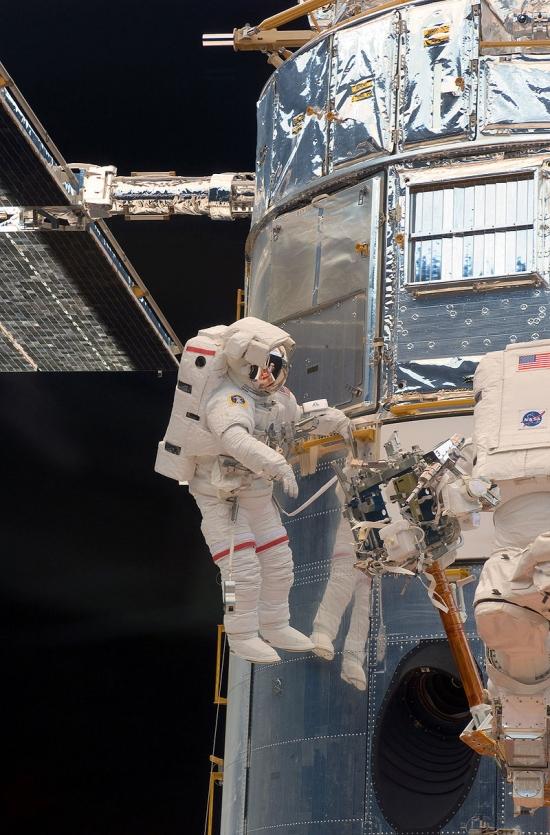800px-STS-125_EVA1_Grunsfeld.jpg