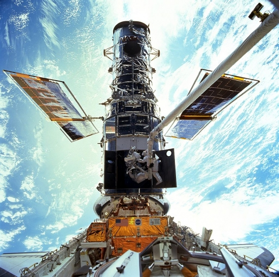 STS-103_Hubble_EVA.jpg